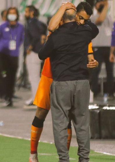 Mustafa Muhammad and the trainer of Galatasaraya