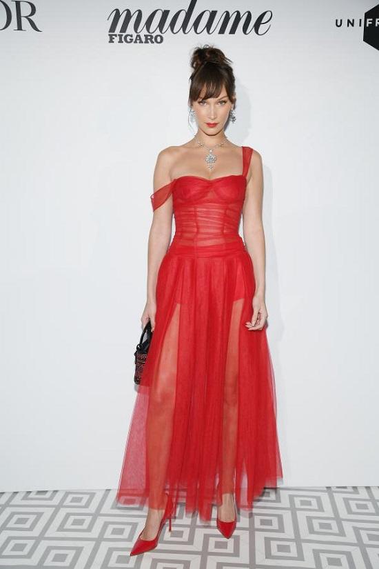 نجمات تألقن على السجادة الحمراء بفساتين ديور الفاخرة (3)