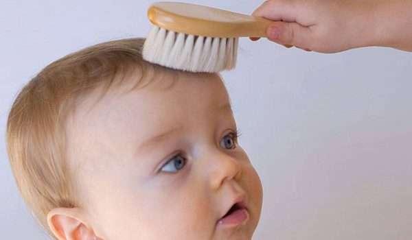 العناية بالشعر - تمشيط شعر الطفل