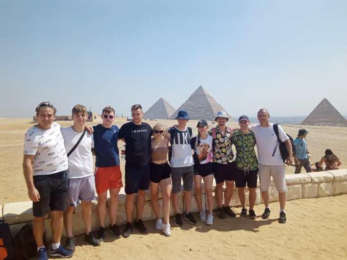اللاعبون حرصوا على التقاط الصور التذكارية أمام الأهرامات