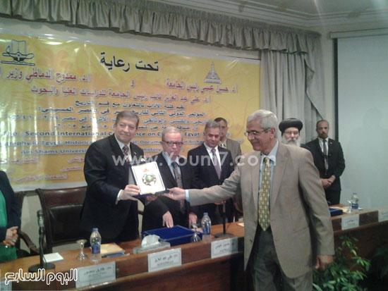 تكريم الدكتور عبد الرازق بركات عميد كلية الآداب -اليوم السابع -5 -2015