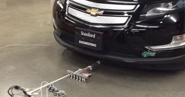 روبوتات صغيرة على شكل حشرة تسحب سيارة