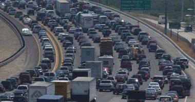 تقنية جديدة لإشارات المرور تنبه السائقين على الطريق بالزحام