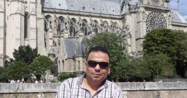 مصري يلتقط صورًا لكاتدرائية نوتردام التاريخية والمناطق المحيطة بها