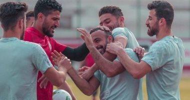 """""""كلكوا عليا يا ولاد"""" وصلة هزار بين قفشة ولاعبي الاهلى خلال التدريبات.. صور"""