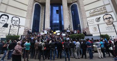وقفة للصحفيين على سلالم نقابتهم عقب انتهاء لقاء أعضاء الجمعية العمومية