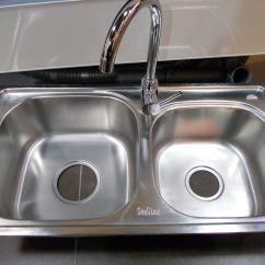 Rustic Kitchen Sinks Sprayer 厨房水槽都有什么材质 什么材质好 装修之家网 纯亚克力水槽 亚克力水槽色彩丰富 可以根据厨房整体环境或厨具的色彩来进行选择搭配 容易制造协调统一的效果 偏爱深色的人可以选择多为深灰与褐色的结晶石水槽 它