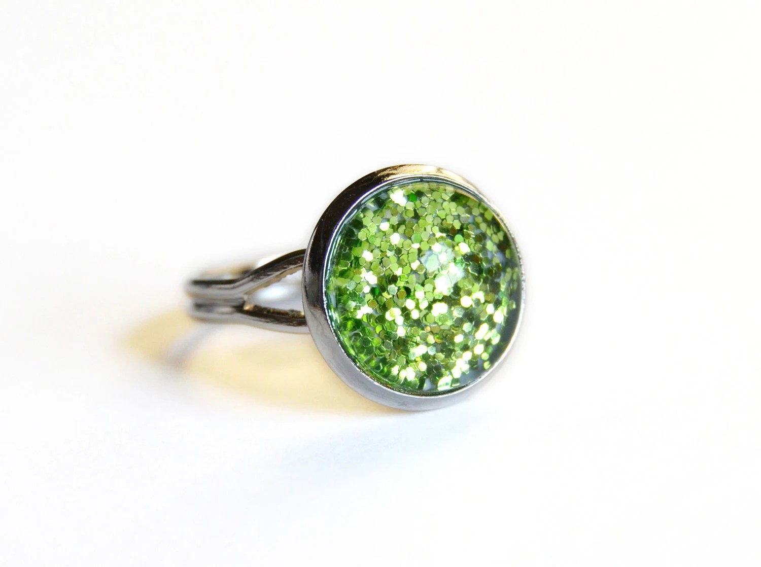 Sparkling green ring - glass cabochon and glitters - VeraCreations