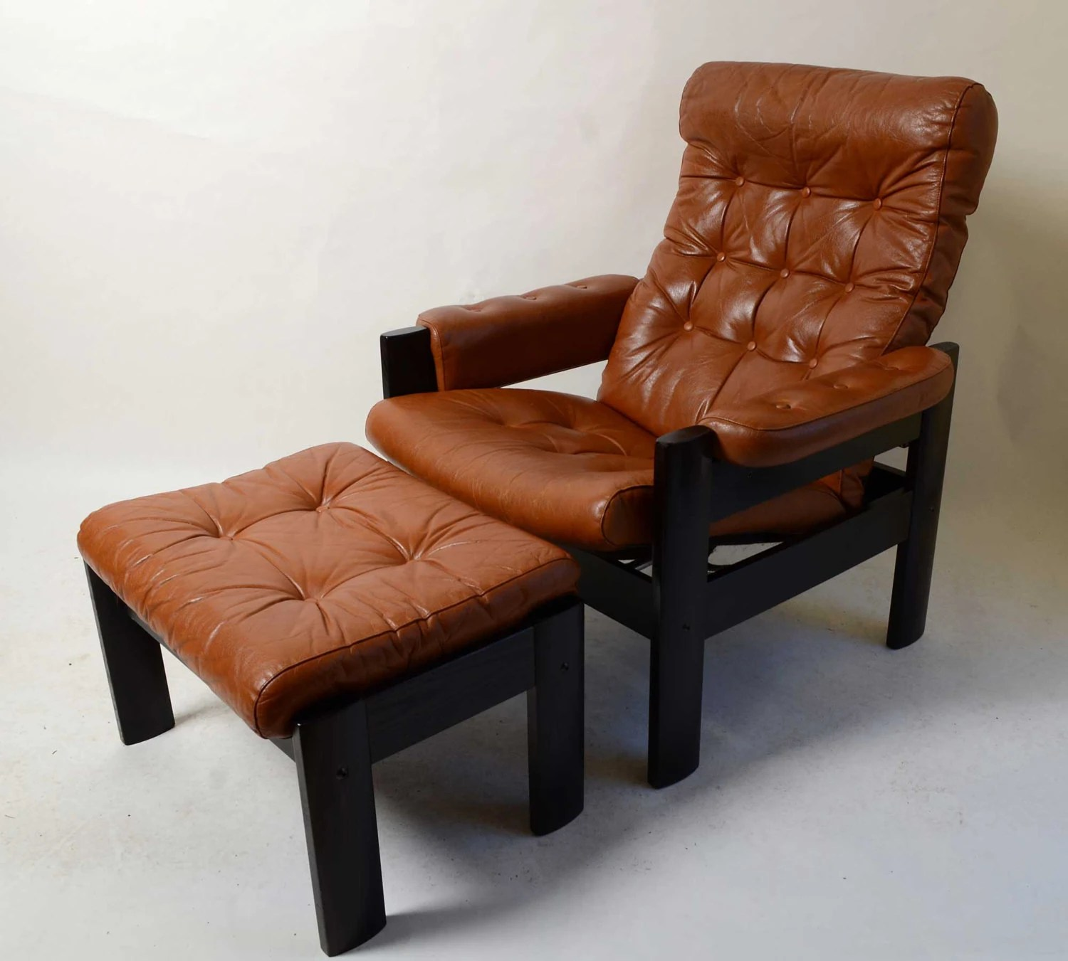 modern black leather recliner chair bedside potty ekornes stressless amigo reclining & ottoman