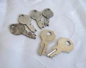Lot of 6 Vintage Keys - O...