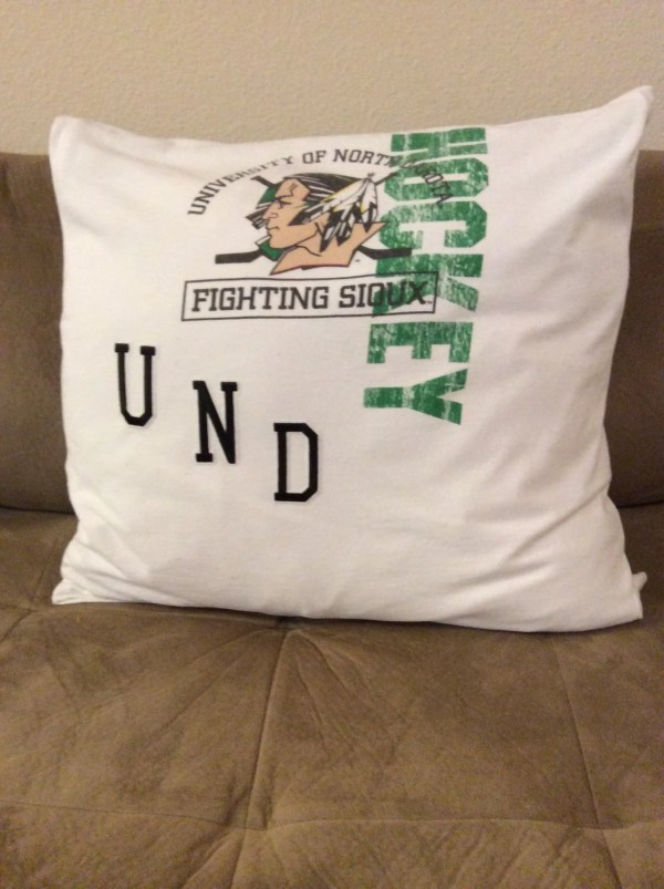 Und Fighting Sioux Pillow Thebeachon32nd