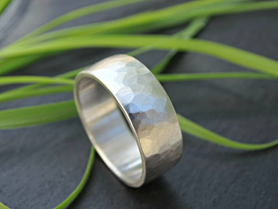 breiter Silberring gehaemmert Trauring Silber organischer