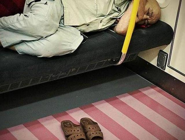 Фотопроект Адриана Стори: спящие на улицах Токио