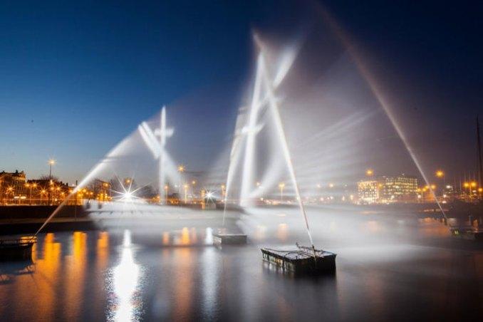 Румынские художники сделали «Летучий Голландец» из воды и света