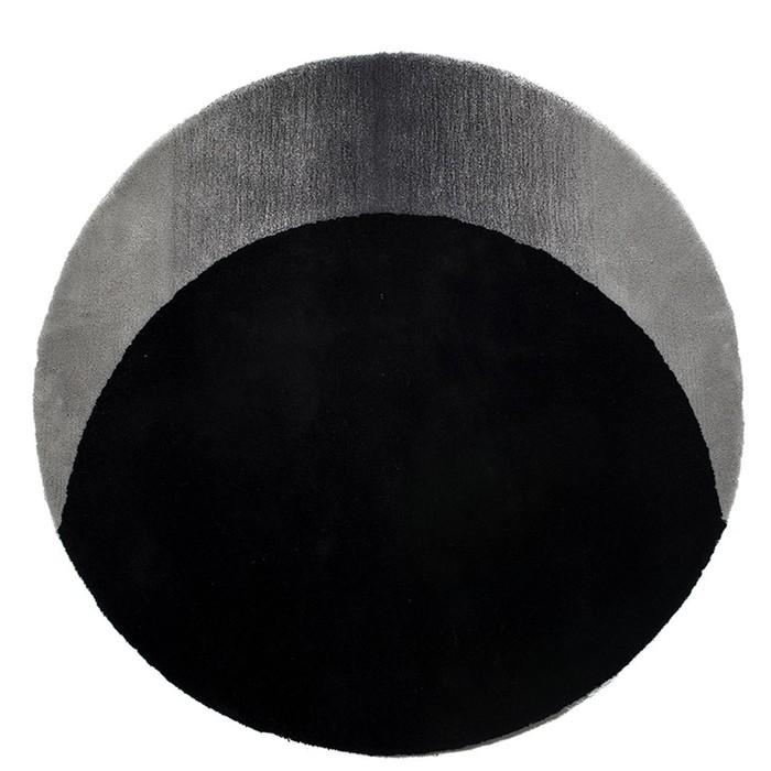 Дизайнер создал коврик, который выглядит как черная дыра