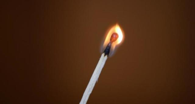 Как поджечь спичку с помощью резинки