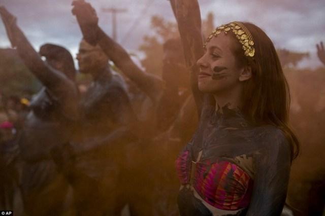 Грязная уличная вечеринка в Бразилии