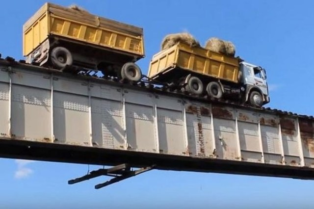 Самый экстремальный мост в Сибири: видео опасного перехода через реку Витим в Забайкалье