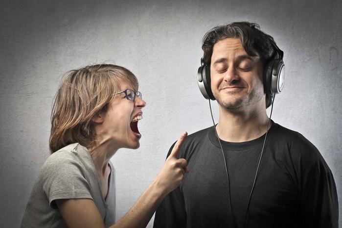 Почему мужчина отключается и не слушает женщину?