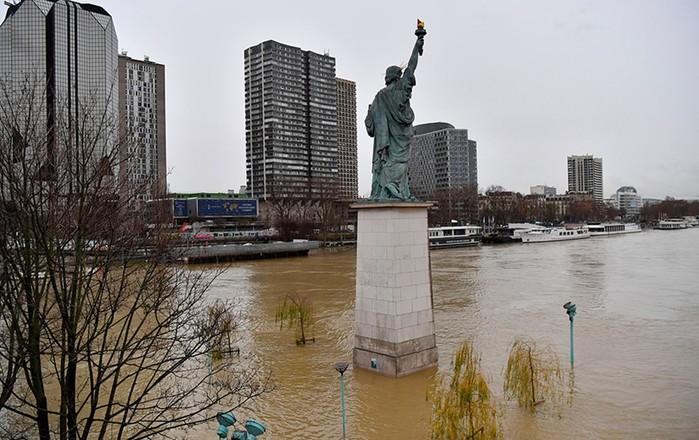 В Париже закрыли Лувр из за потопа: 35 000 музейных экспонатов эвакуировано