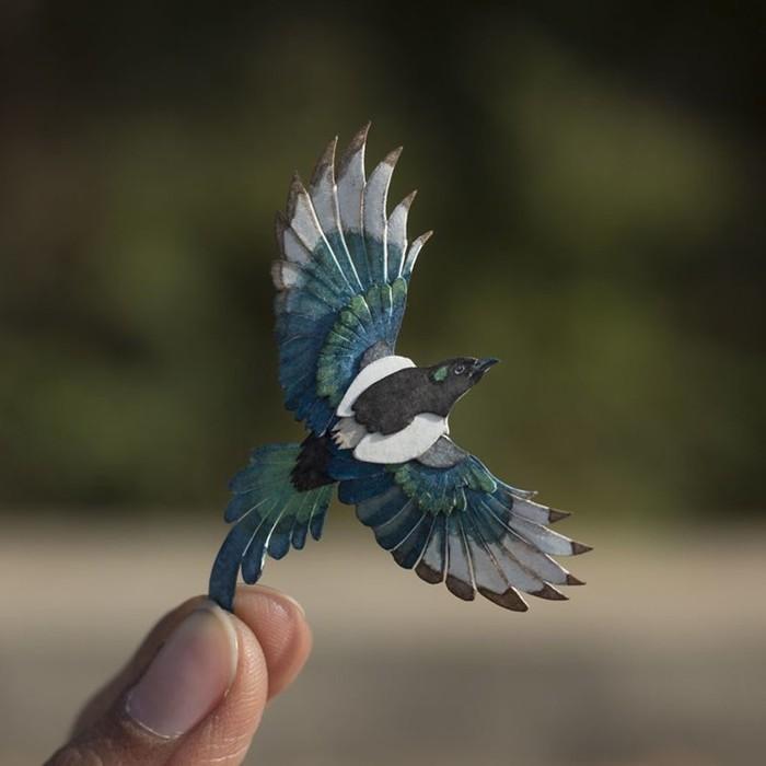 Индийские художники вырезают по одной бумажной птице каждый день