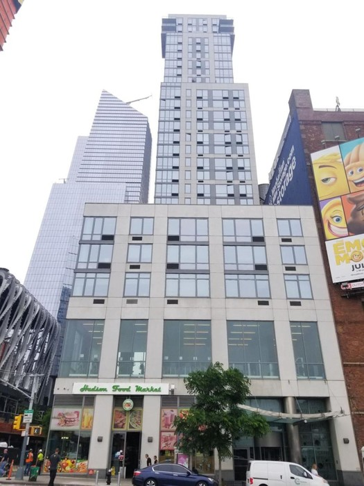 Жадный миллионер из Нью Йорка подделывает справки, чтобы жить в социальной квартире