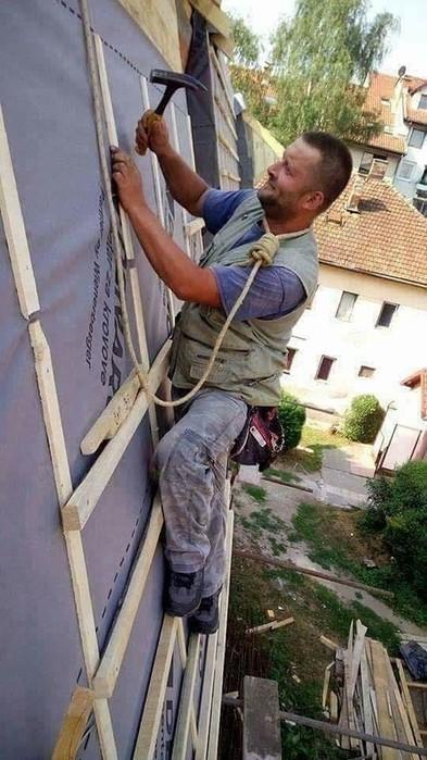 25 невероятных фото про безбашенных ремонтников, зависших в миллиметре от бездны!