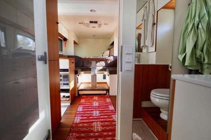 Самый новый грузовик дом для путешествий и отдыха