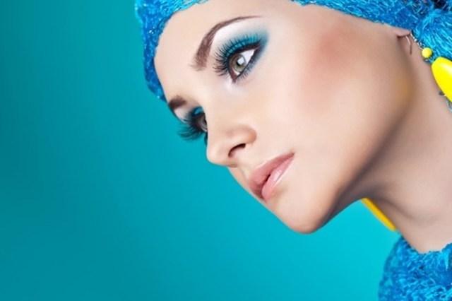 Бирюзовый макияж придает чувство уверенности и успешности