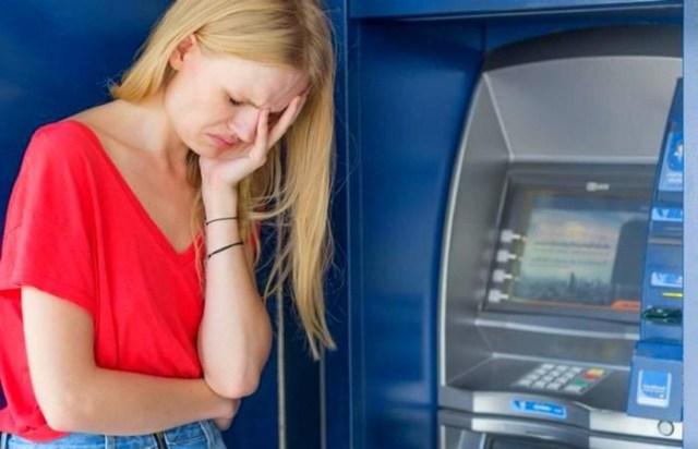 Что делать, если банкомат «зажевал» и не отдаёт карту: житейская хитрость