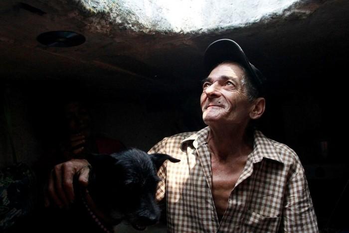 Дом под канализационным люком, где живет колумбиец с женой и собакой