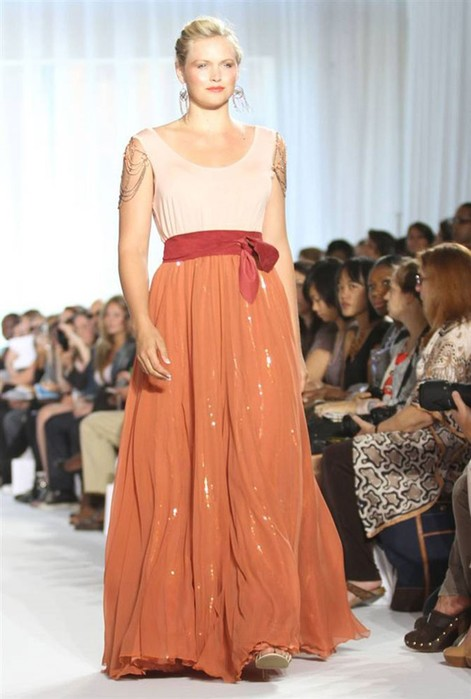 Время моды на пышные формы: показы одежды для полных женщин