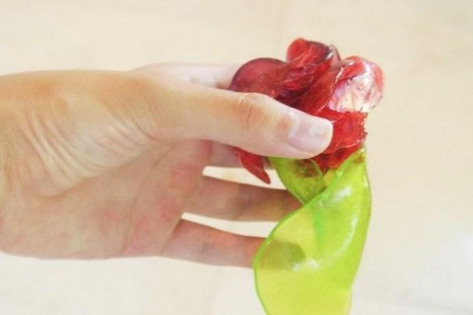 Как сделать трогательный подарок из обычных леденцов