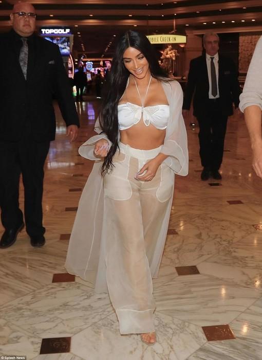 Ким Кардашьян явилась в ресторан практически в одном нижнем белье и без мужа