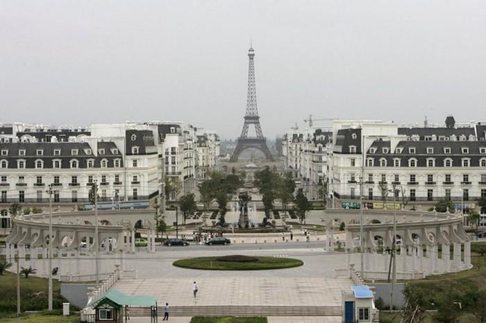 Маленький Париж в окрестностях города Ханчжоу в Китае