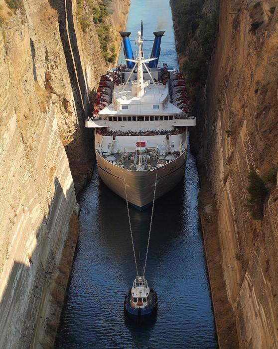 Самый узкий судоходный канал в мире: Коринфский канал для кораблей