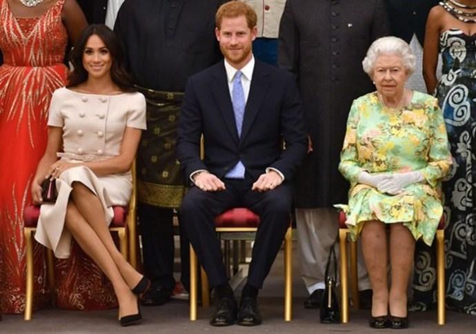 Без уважения к королеве: Меган Маркл приняла неподобающую позу