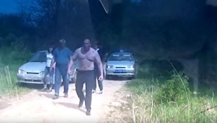 На полицейских из машины выскочил, грязно ругаясь, настоящий Кинг Конг