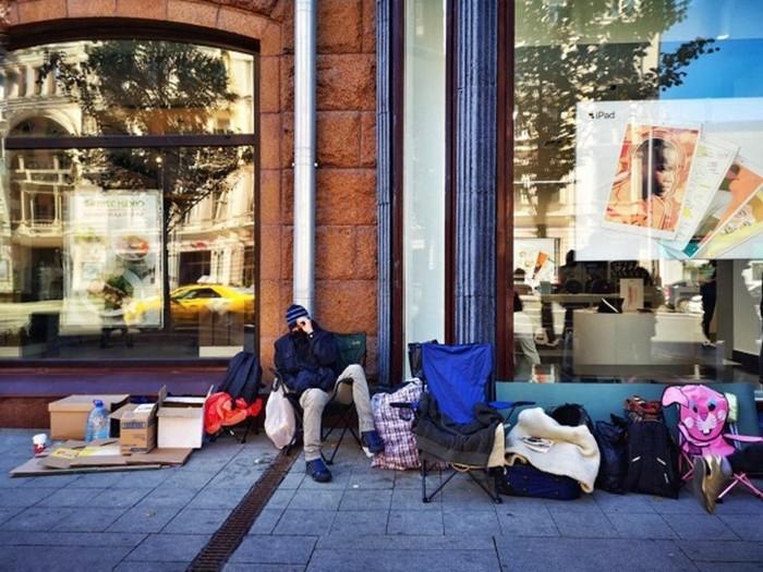 Живая очередь за новым поколением iPhone на Тверской в Москве