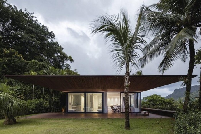 Удивительный особняк с прозрачным фасадом на острове в Бразилии