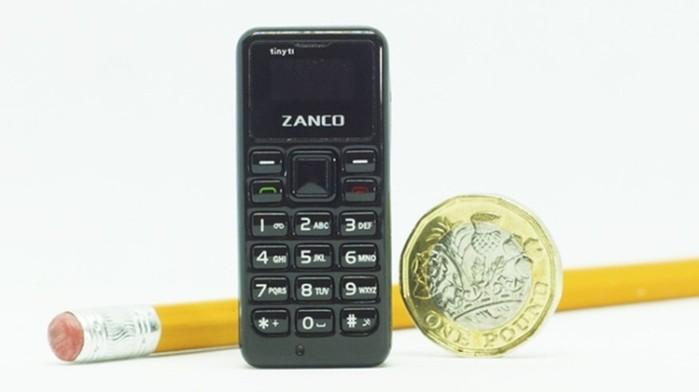 Крошечный мобильный телефон размером с батарейку