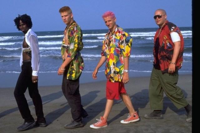 «Змеиный» пиджак и розовый леопард: безумная мода из фильмов 90 х