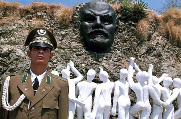 Самые смешные и странные памятники Ленину