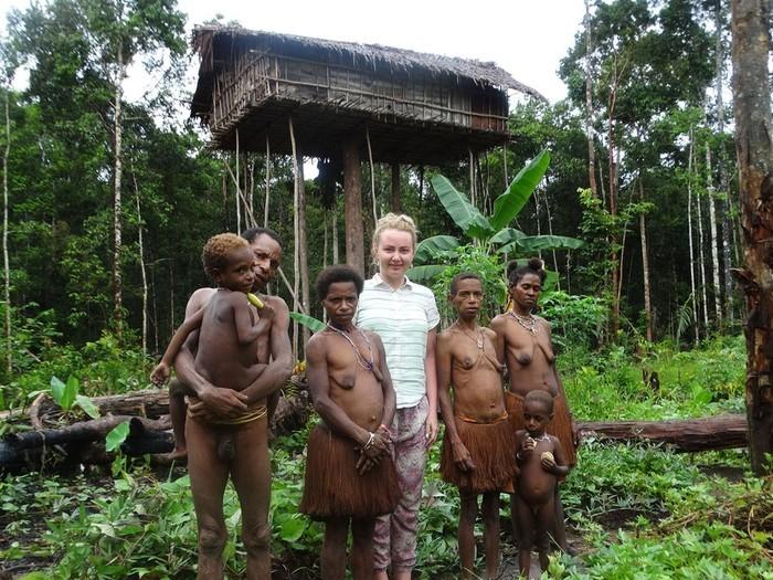 Русская женщина знакомится с людоедами папуасами