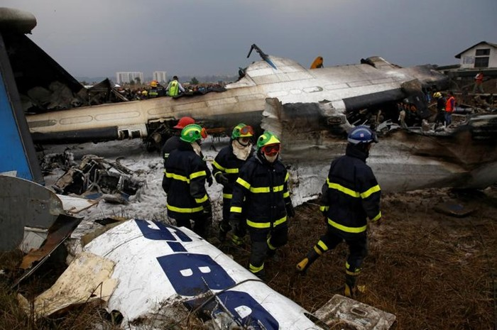 Пассажирский самолет разбился в Непале вдребезги