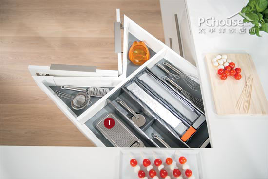 triple kitchen sink different color cabinets 抽屉式便捷储物