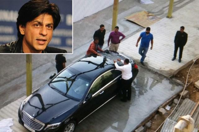 अहमदाबाद में शाहरुख की कार पर बरसाए पत्थर