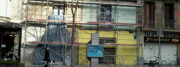 Fotografia de l'edifici 'Els pollets', antiga botiga d'aviram, al barri d'Hostafranchs.