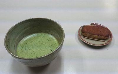 抹茶とお菓子を出していただきました。けっこうなお茶でございました。