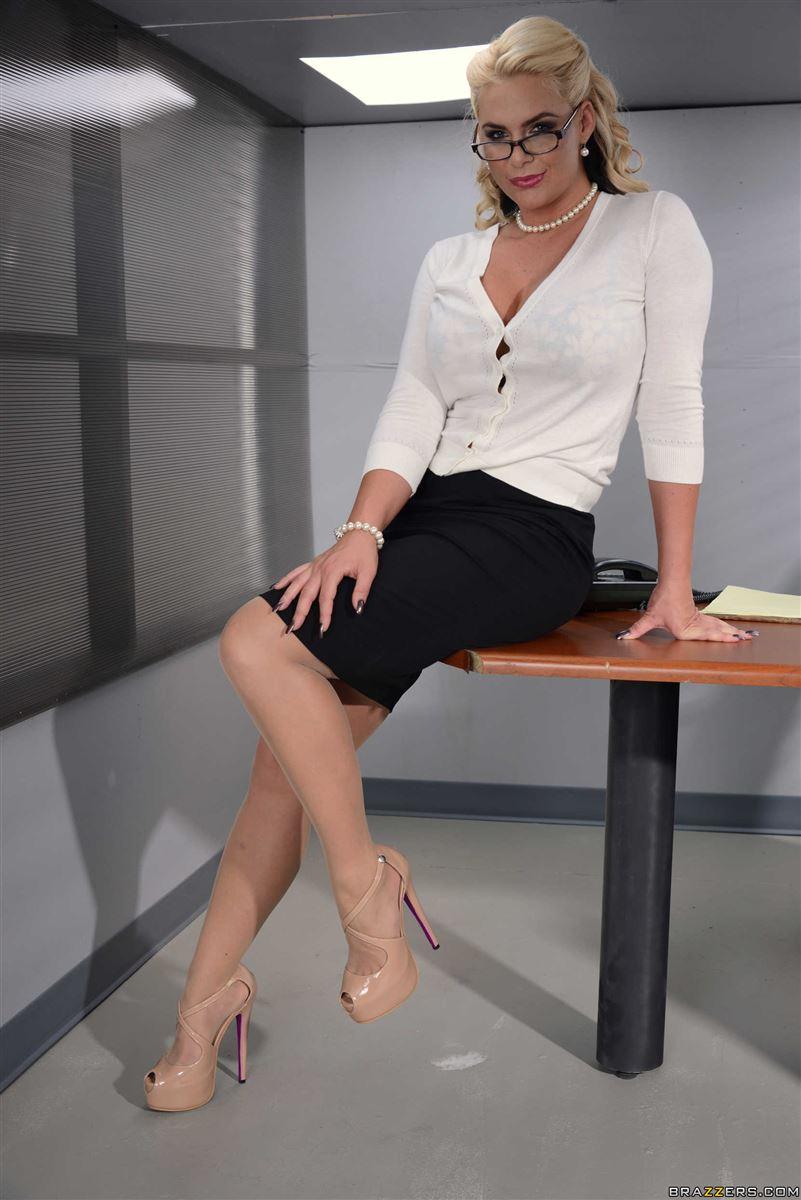 Phoenix Marie gets screwed on a work desk in nude